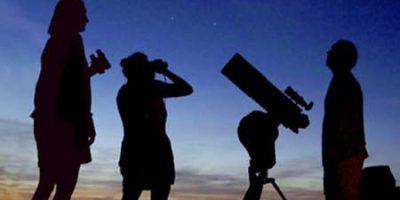 amigos-viendo-por-telescopio