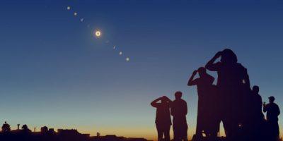 gente-mirando-eclipse-solar-cielo-estrellas-ilustracion-realista_162137-11